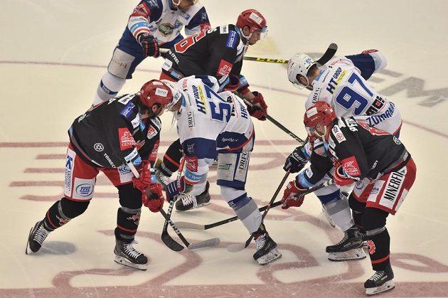 Finále hokejové extraligy odstartovali. O titul bojují HC Oceláři Třinec a HC Kometa Brno.