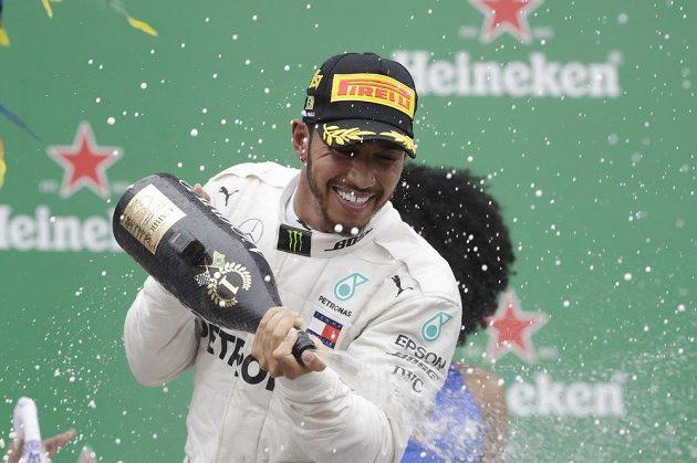 Již jistý mistr světa Brit Lewis Hamilton slaví další triumf v Brazílii.
