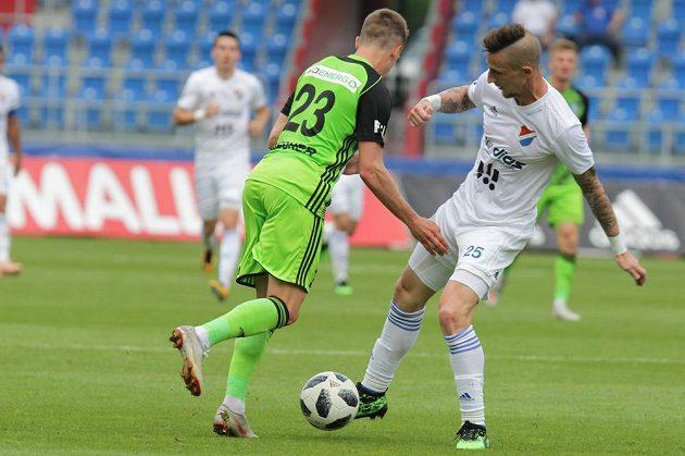 Tomáš Weisner z Boleslavi a Jiří Fleišman z Ostravy v souboji o míč během kvalifikačního utkání o Evropskou ligu.