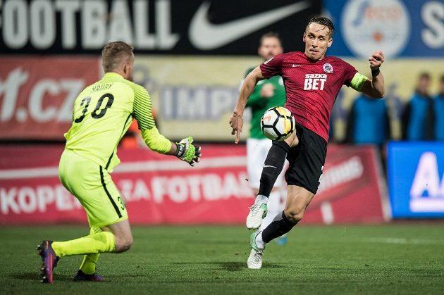 Josef Šural ze Sparty Praha střílí svůj třetí gól během utkání 11.kola HET ligy v Jablonci.
