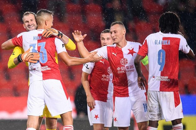 Brankář Slavie Praha Ondřej Kolář oslavuje se spoluhráči Petar Musa, Tomáš Malinský, Jan Bořil gól na 3:0.