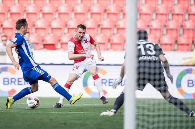 Jaromír Zmrhal ze Slavie přihrává na druhý gól během utkání s Mladou Boleslaví.