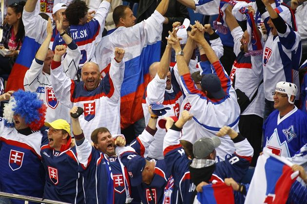 Radost v táboře slovenských fanoušků po gólu Michela Miklíka, který vyrovnal stav zápasu s Českem na 1:1.