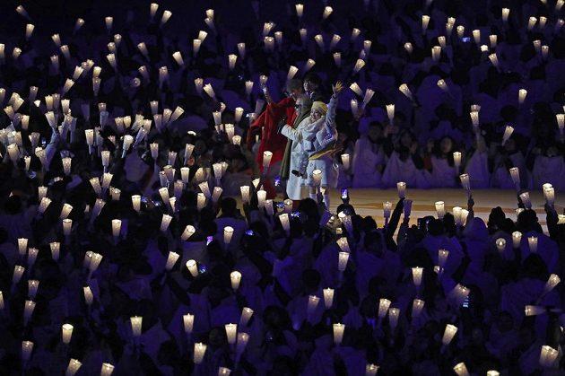 Stovky dobrovolníků se zúčastnily slavnostního zahájení zimních olympijských her v Jižní Koreji.
