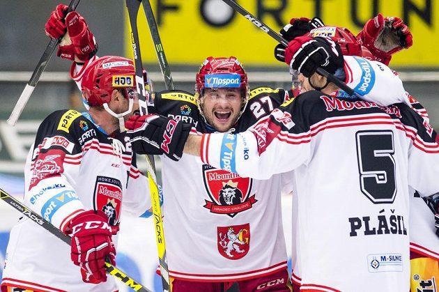 Hradečtí hokejisté se radují z gólu. Zleva René Vydarený, Rastislav Dej a Karel Plášil.