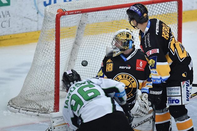 Mladoboleslavský útočník Richard Jarůšek (vlevo) překonává litvínovského gólmana Michaela Petráska. Vpravo přihlíží obránce Vervy Karel Kubát.