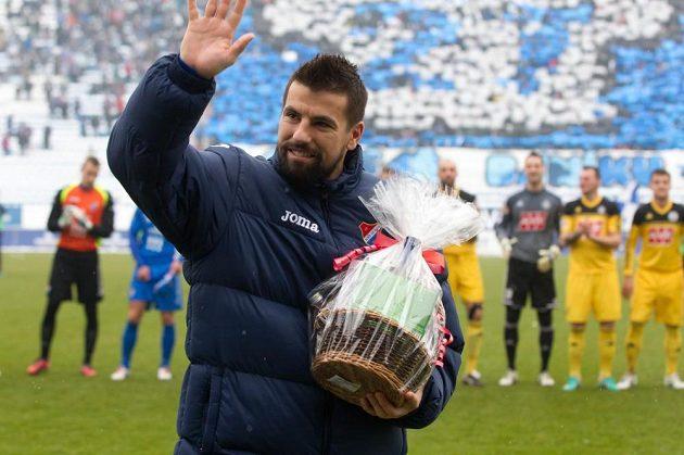 Fanoušci před zahájením zápasu přivítali Milana Baroše (na snímku při přebírání upomínkových předmětů), který se do ostravského klubu vrátil po jedenáctiletém působení v zahraničí.