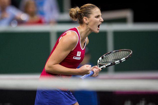 Česká tenistka Karolína Plíšková v zápase s Anastasií Pavljučenkovou ve finále Fed Cupu.