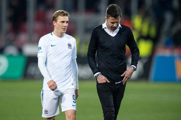 Smutný sparťanský záložník Bořek Dočkal a trenér Letenských David Holoubek.