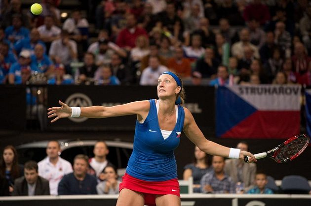 Česká tenistka Petra Kvitová zahrává úder v úvodním duelu finále Fed Cupu.