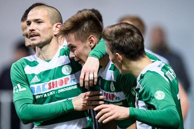 Fotbalisté Bohemians David Bartek, Daniel Krch a Jan Vodháněl oslavují vítězný gól v utkání s Příbramí.