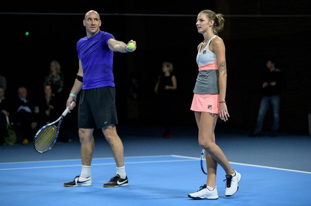 Jan Koller a Karolína Plíšková během tenisové exhibice v Praze.