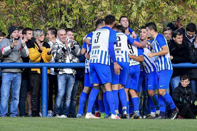Hráči Chlumce se radují z gólu proti Plzni