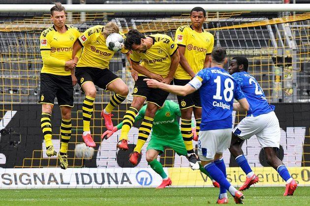 Daniel Caligiuri (18) ze Schalke a jeho přímý kop, který zastavila dortmundská zeď.