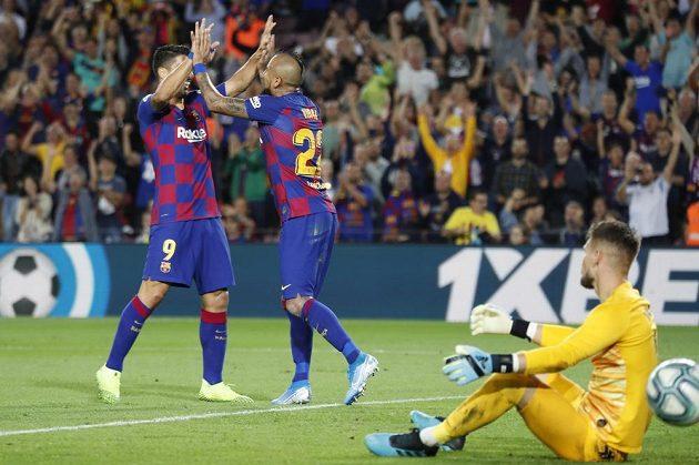 Barcelonští Arturo Vidal (uprostřed) a Luis Suárez (vlevo) rozesmutnili brankáře Sevilly Tomáše Vaclíka.