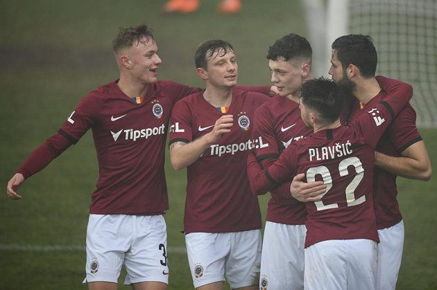 Fotbalisté Sparty se radují z Hanckova (první zprava) gólu z penalty ve Zlíně.