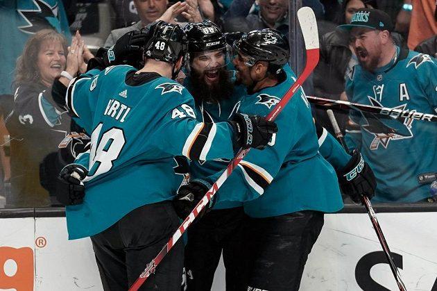 Hokejisté San Jose slaví postup v play off NHL přes Colorado.