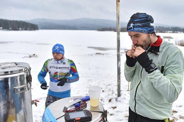 Lipno Ice Marathon - občerstvovací stanice byly oázou uprostřed ledové pustiny.