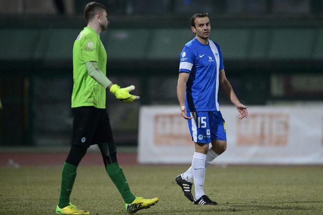 Erich Brabec (vpravo) z Liberce gestikuluje směrem k brankáři týmu Ondřeji Kolářovi poté, co v utkání s Duklou vstřelil vlastní gól.