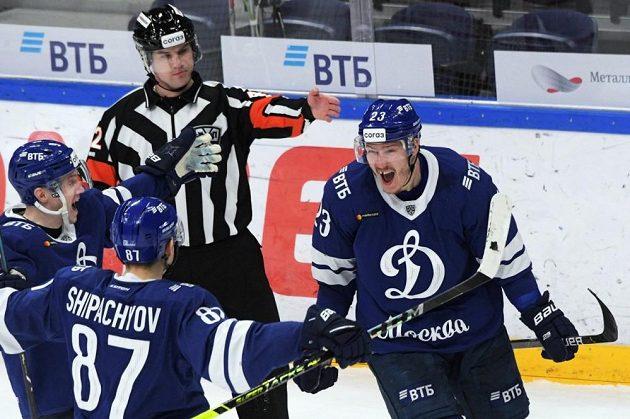 Dmitrij Jaškin se raduje z branky