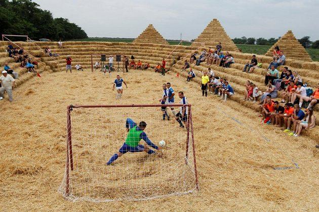 Fotbalový stadión postavený ze slámy.