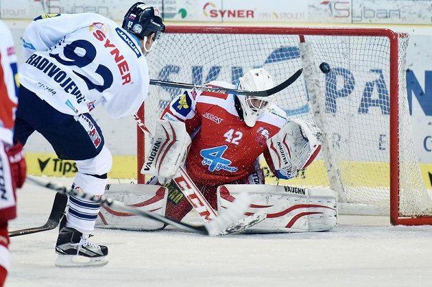 Liberecký útočník Branko Radivojevič střílí gól. V brance Olomouce je Branislav Konrád.
