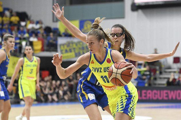 Basketbalistka Kateřina Elhotová z USK Praha proniká ke koši přes bránící Antonii Delaereovou z Braine z utkání Evropské ligy.