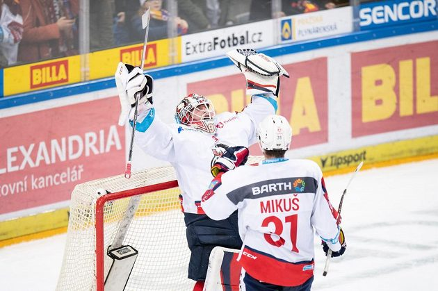 Brankář Pardubic Ondřej Kacetl a Juraj Mikuš oslavují vítězství 3:1 během utkání Tipsport extraligy na ledě Sparty.