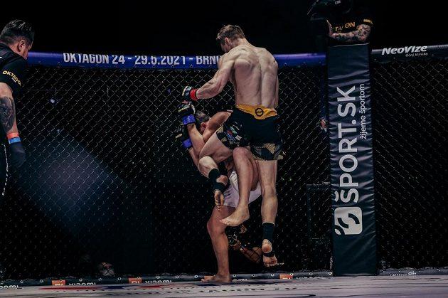 Naskočené koleno Lea Brichty poslalo izraelského bojovníka Kirilla Medvedovského k zemi.