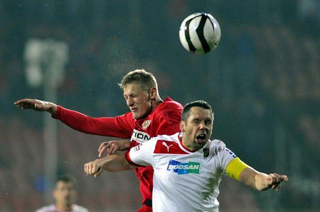 Michal Škoda z Brna a kapitán Plzně Pavel Horváth (vpravo) svedli hlavičkový souboj.