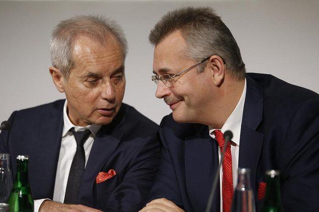 Vlastník fotbalové Slavie Jiři Šimáně (vlevo) a zástupce čínského spoluvlastníka Jaroslav Tvrdík na tiskové konferenci.