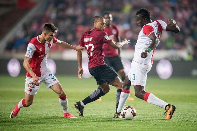 Fotbalisté Slavie Eduard Sobol (vlevo) a Michael Ngadeu brání Jonathana Biabianyho (uprostřed) ze Sparty e.