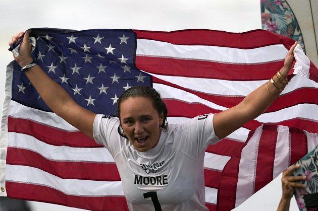 Američanka Carissa Mooreová oslavuje vítězství v premiéře surfingu na olympijských hrách