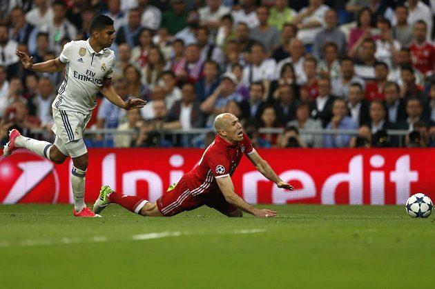 Po zákroku Casemira upadl Arjen Robben a výrok maďarského rozhodčího Viktora Kassaie zněl jasně: penalta!
