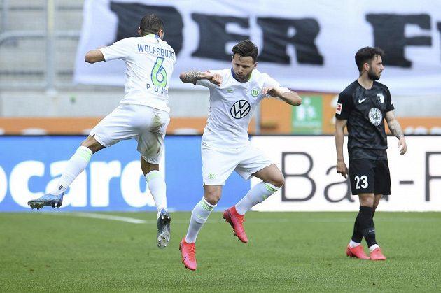 Netradiční radost hráčů Wolfsburgu. Paulo Otavio (vlevo) a Renato Steffen oslavují gól.