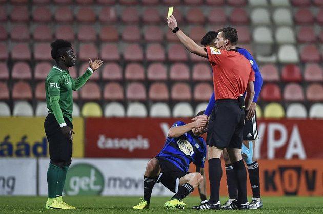 Příbramský Emmanuel Antwi dostává žlutou kartu od rozhodčího Pavla Rejžka v osmifinále MOL Cupu s Bohemians.