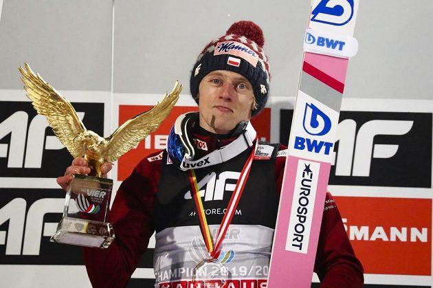 Polský skokan na lyžích Dawid Kubacki slaví premiérový triumf na Turné čtyř můstků.