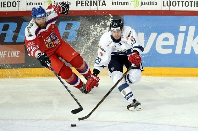 Český zadák Adam Polášek (vlevo) a Fin Sakari Salminen v utkání Karjala Cupu.