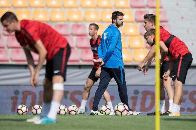 Trenér Sparty Andrea Stramaccioni sleduje hráče během otevřeného tréninku.