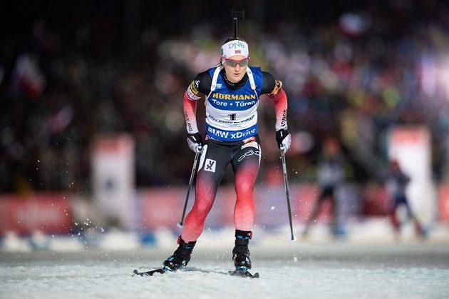 Marte Olsbu Roeiselandová během stíhacího závodu v rámci Světového poháru v biatlonu v Novém Městě na Moravě. Nakonec se radovala z vítězství.