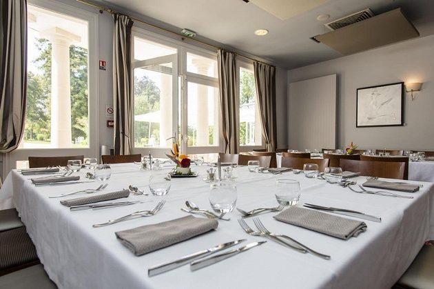 Týmová jídelna v zámeckém hotelu Clarion Chateau Belmont.