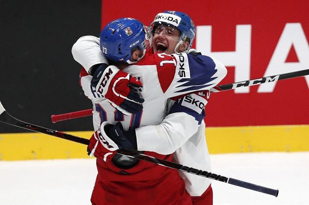 Filip Hronek a Jakub Vrána a jejich velká radost po utkání se Švédy.