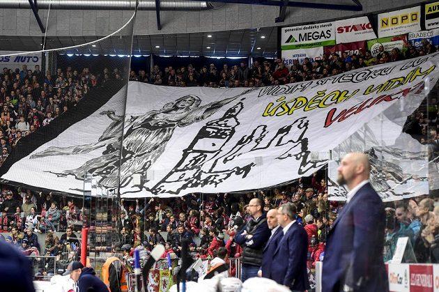 Choreo fanoušků hokejového Hradce Králové během čtvrtfinále play off.