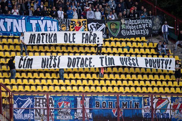 Fanoušci Baníku Ostrava a jejich vzkaz během utkání 7.kola HET ligy na stadiónu Juliska v Praze.