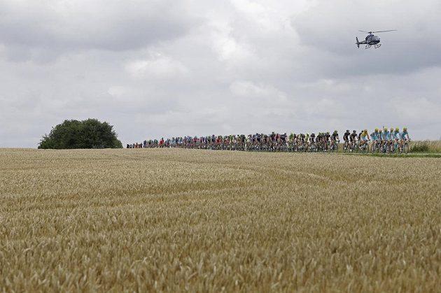 Černá mračna doprovázela cyklisty během osmé etapy Tour de France.