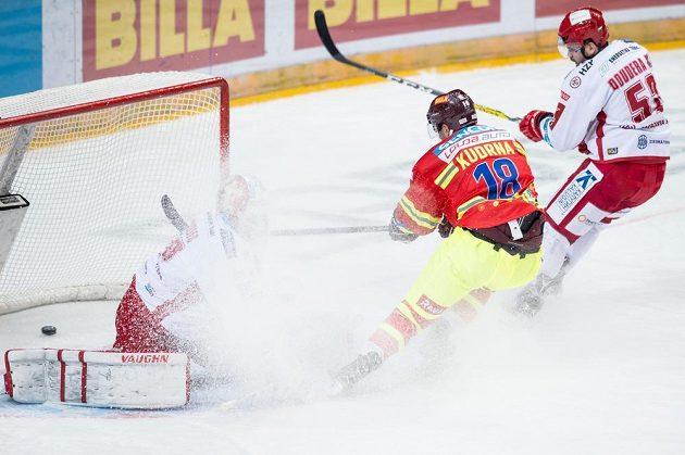 Třinecký brankář Šimon Hrubec v oblaku ledové tříště inkasuje z hole Andreje Kudrny třetí gól Sparty.