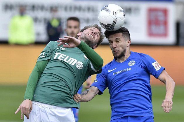 Tomáš Hübschman z Jablonce a Alexandru Baluta z Liberce v ostrém souboji o míč.