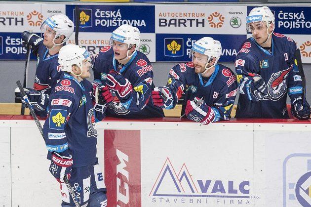 Střelec třetího gólu David Květoň (druhý zleva) z Chomutova oslavuje se spoluhráči.