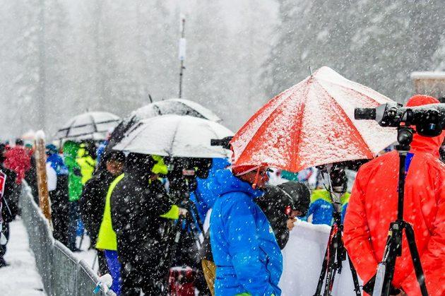 Počasí v Ruhpoldingu dělalo biatlonistům problémy.