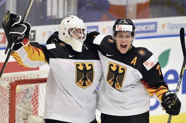Německý brankář Hendrik Hane a jeho spoluhráč Leon Hüttl se radují z vítězství nad ČR.
